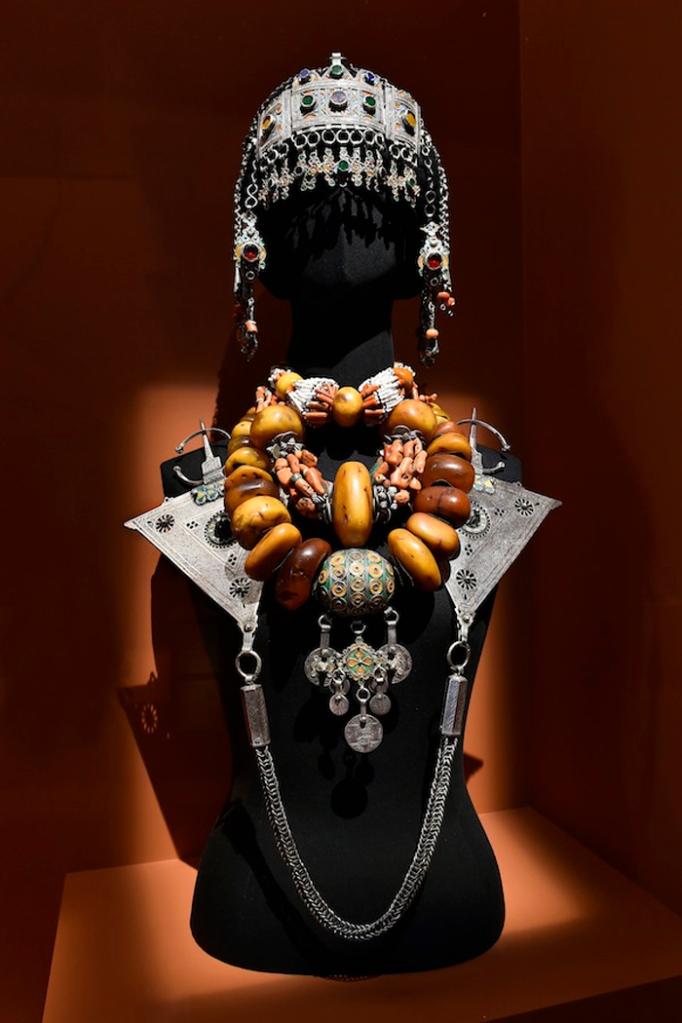 I_Parure_de_la_region_du_Souss_Sud_Ouest_du_Maroc_Exposition_Femmes_berberes_du_Maroc_Fondation_Pierre_Berge_Yves_Saint_Laurent_photo_Luc_Castel